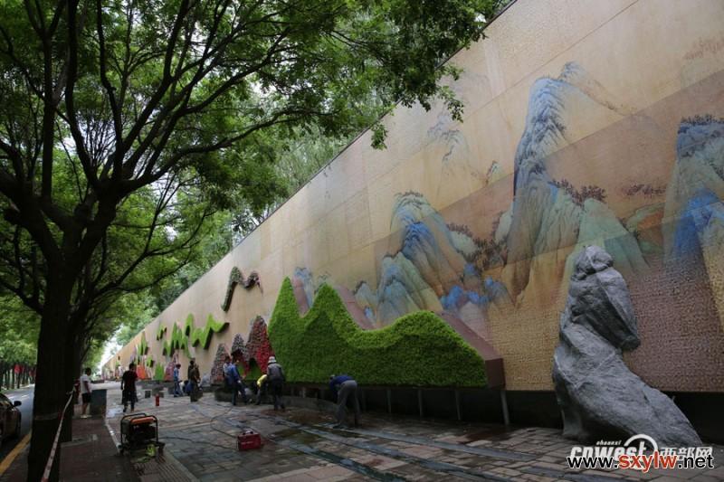220米长花墙将完工 画和花结合打造西安最大花墙