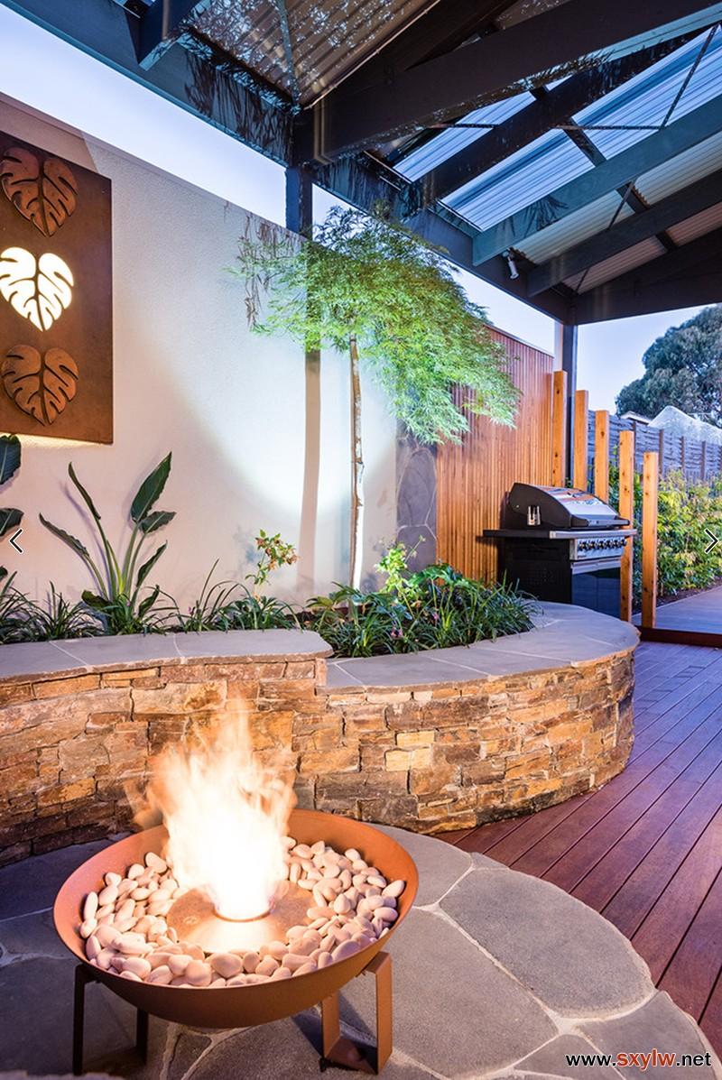 用自然石板装修了整个庭